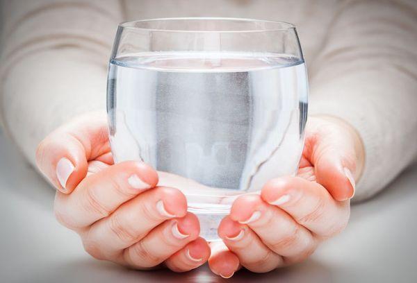 стакан с водой в руках