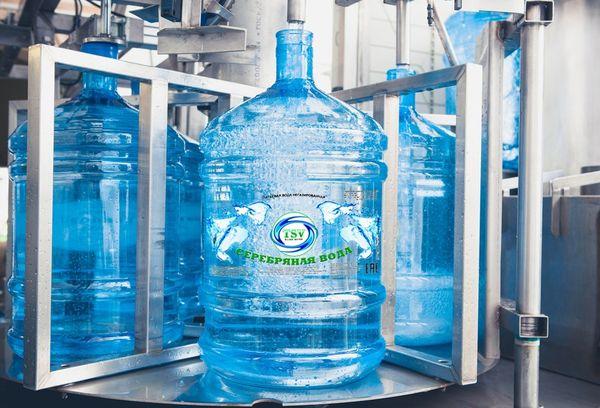 вода серебряная в большой пластиковой бутылке