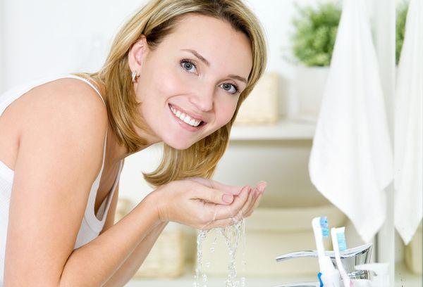женщина моет лицо