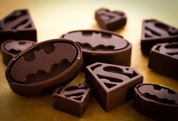 Шоколад в форме знаков супергероев