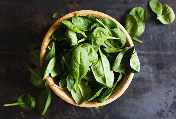 Свежие листья шпината
