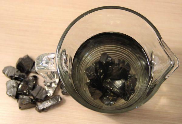 Камень шунгит в кувшине с водой
