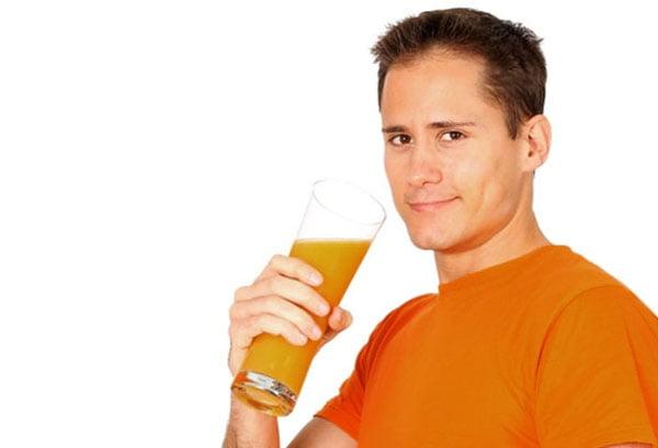 Мужчина пьет тыквенный сок