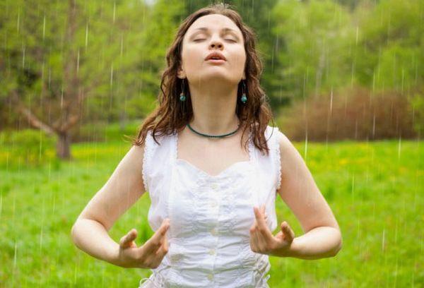 девушка на природе делает дыхательную гимнастику