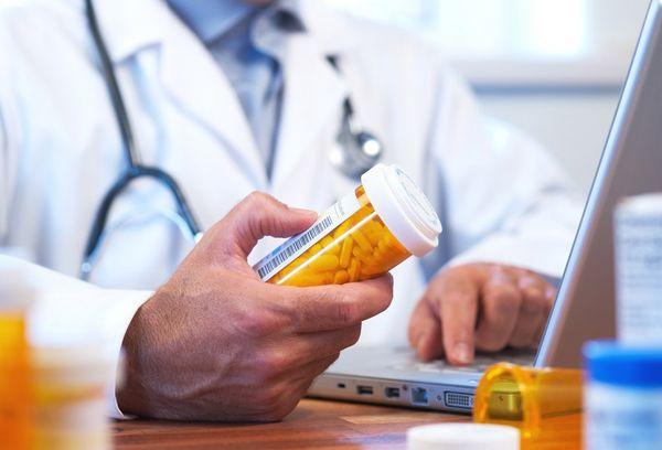 врач с таблетками
