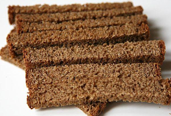 нарезанный бородинский хлеб