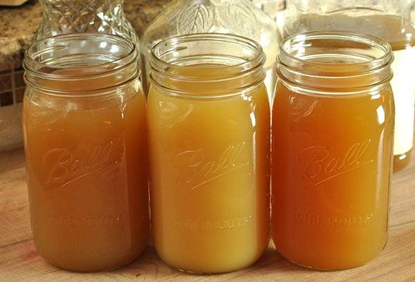 Яблочный сок в банках для консервации
