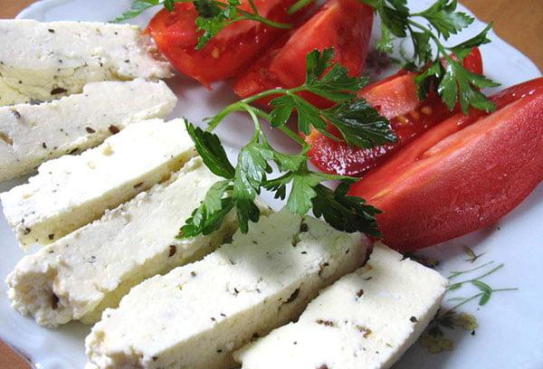 Брынза с томатом и зеленью