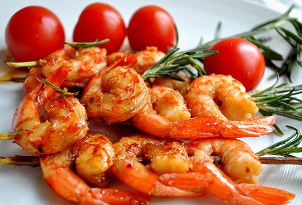 Жареные креветки с томатами черри