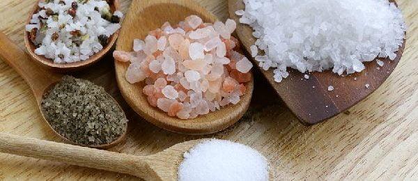 соль на деревянных ложках