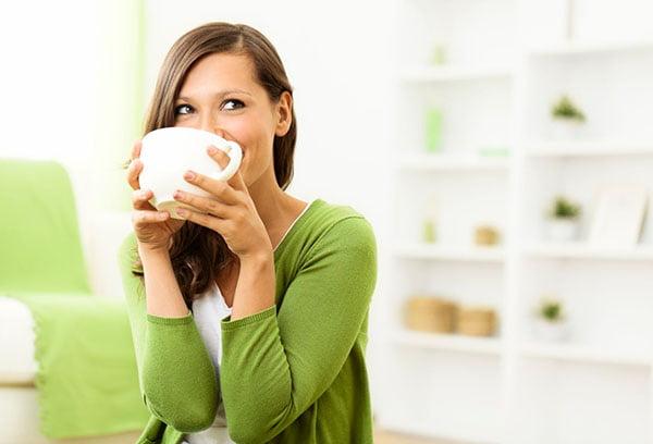 Девушка пьет травяной чай