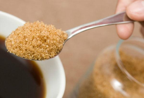 Добавление тростникового сахара в чай