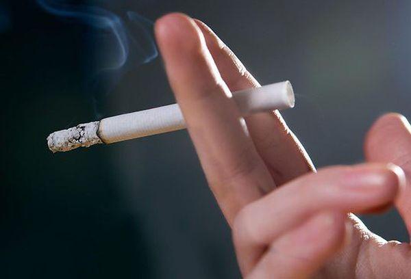 сигарета в пальцах