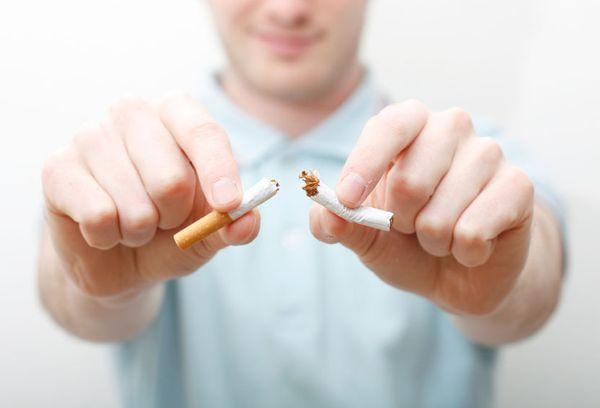 мужчина со сломанной сигаретой в руках