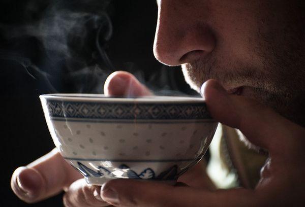 мужчина пьет калмыцкий чай