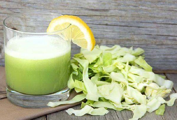 стакан с соком из капусты