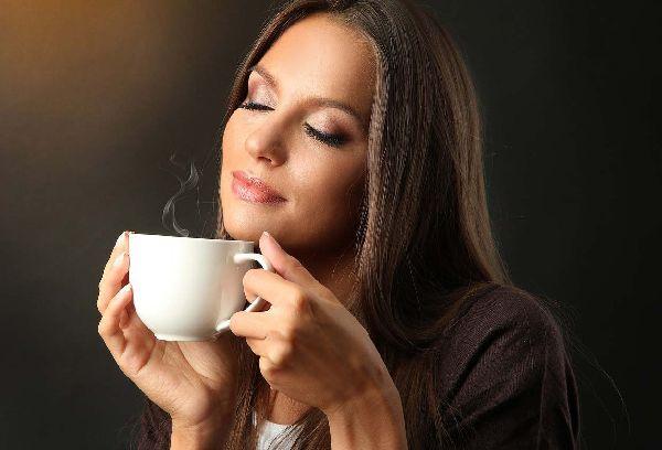 девушка пьет чай из белой чашки