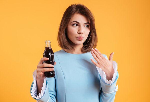 Девушка с кока-колой