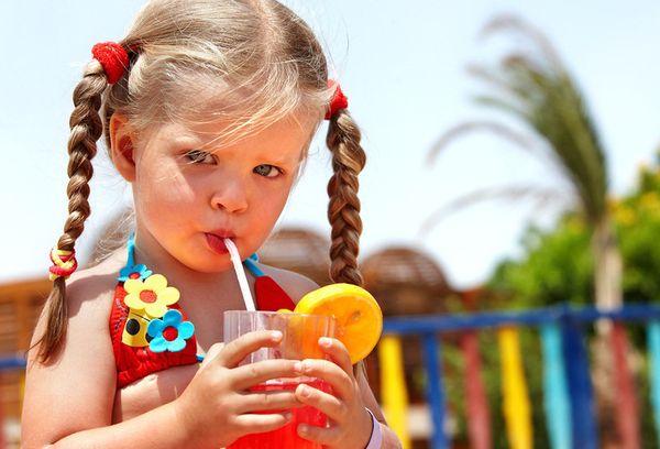 Девочка пьет сок
