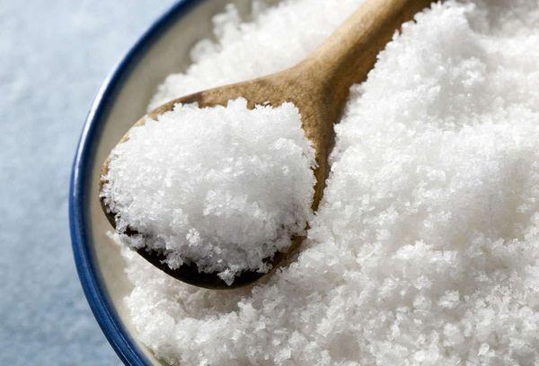 крупная соль на ложке