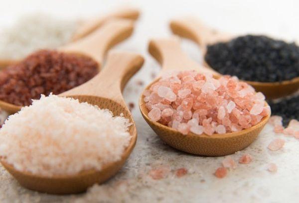 разноцветная соль на ложках