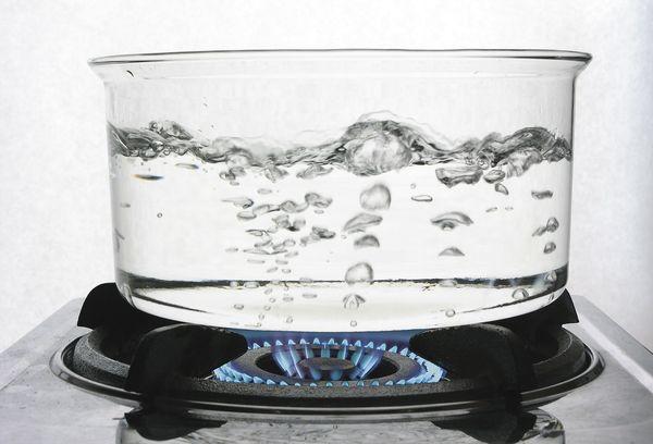 Вода кипятится в стеклянной посуде