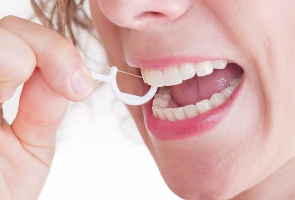 Чистка зубов зубочисткой