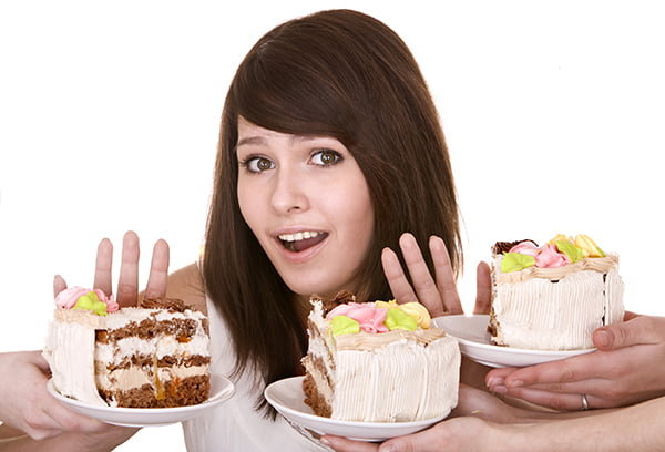 Девушка отказывается от торта