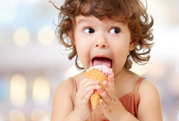 Ребенок ест мороженое