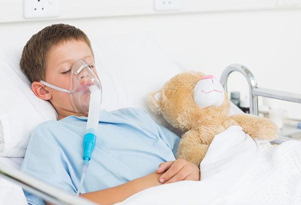 Тяжелобольной ребенок в кислородной маске
