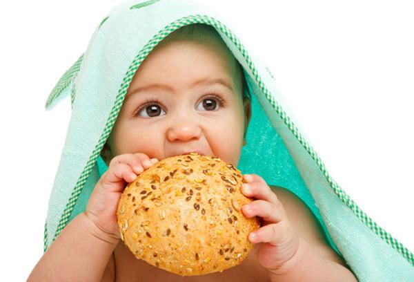 Ребенок ест сдобную булочку