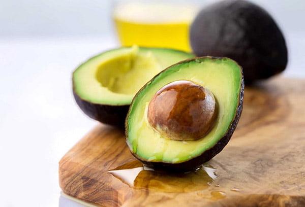 Свежий авокадо с косточкой