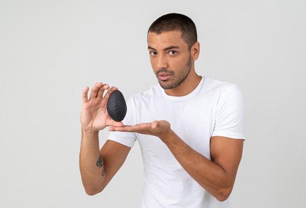 Мужчина держит авокадо
