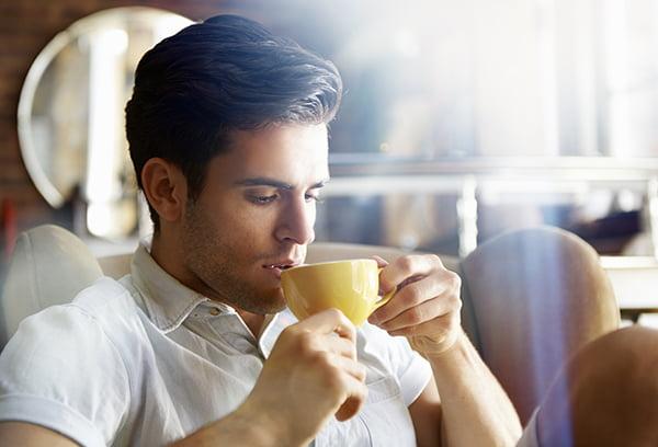 Мужчина пьет горячий напиток