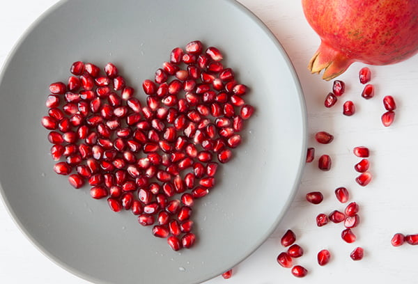 Сердечко из гранатовых зерен