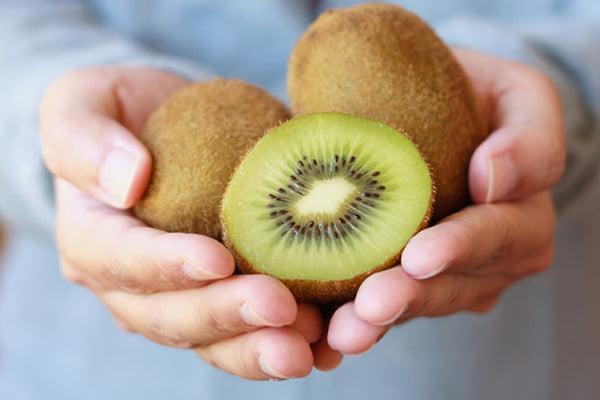 Плоды киви в руках