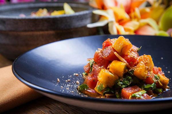 Теплый салат с кубиками манго