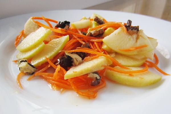 Салат из свежей моркови, меда и яблок