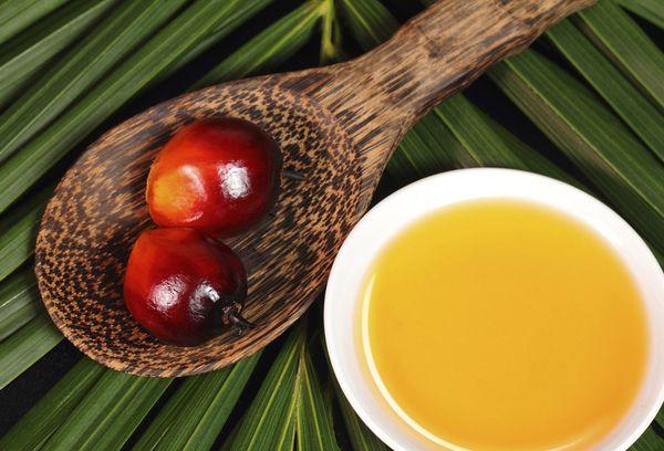 Миска с маслом из плодов пальмы