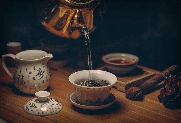Заваренный черный китайский чай