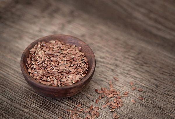 Льняные семена в миске