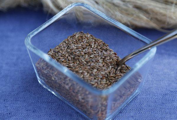 Льняные семена в стеклянной миске
