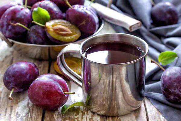 Сливовый сок в железной кружке