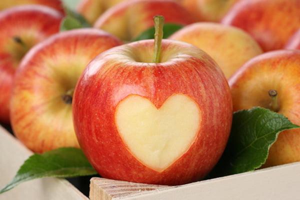 Красное яблоко с сердечком