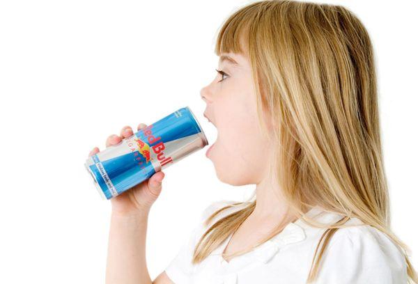 Девочка пьет Red Bull