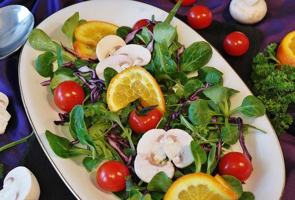 Блюдо с салатными листьями