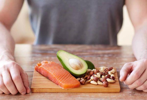 Красная рыба, орех и авокадо