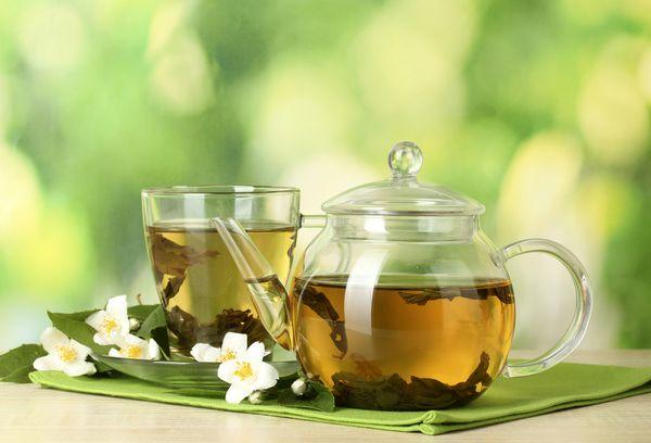 Заваренный чай в стеклянном чайнике