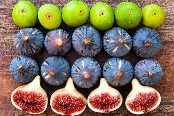 Зеленые и спелые плоды инжира