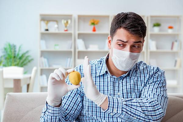 Мужчина с аллергией на лимон